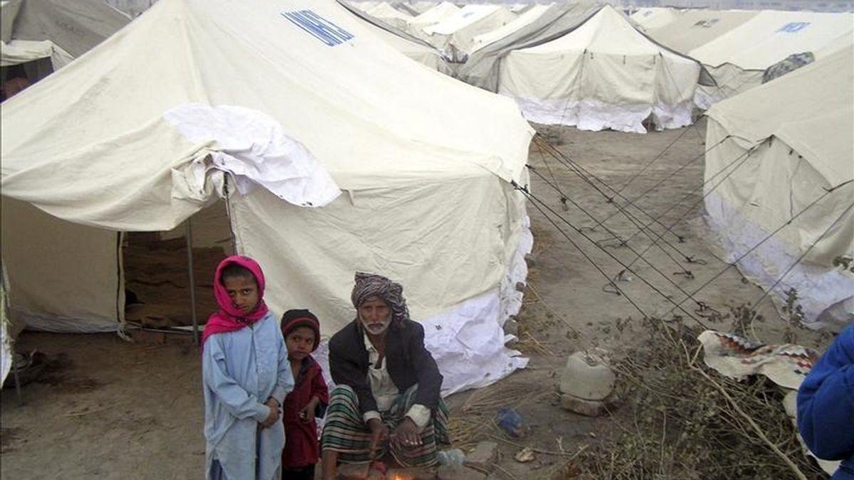 Un grupo de desplazados internos en Pakistán intentan obtener algo de calor junto a una fogata en Larkana, provincia de Sindh, Pakistán, hoy, lunes 10 de enero de 2011. EFE