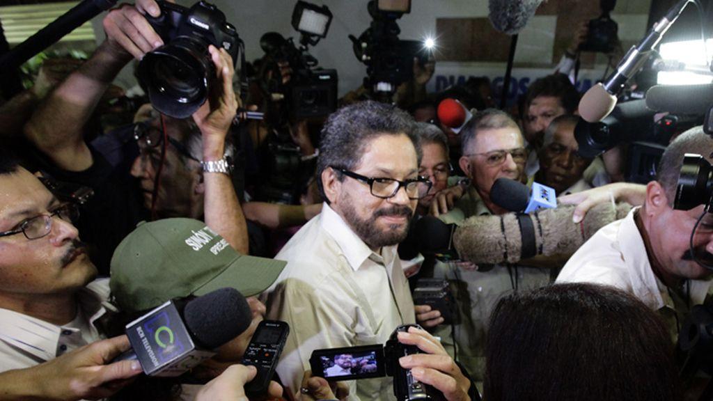 Iván Márquez, líder negociador de las FARC rodeado de periodistas a su llegada a las conversaciones de paz en La Habana