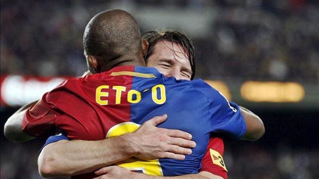 Los jugadores del F.C. Barcelona Samuel Etoo y Lionel Messi se abrazan tras conseguir un gol. EFE/Archivo