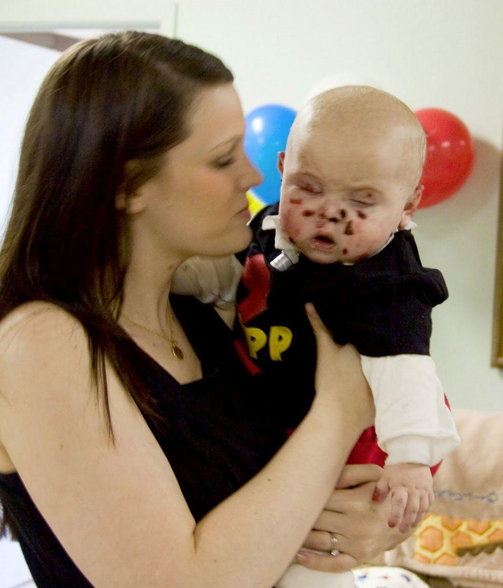 Courtney con Tripp en el primer cumpleaños del pequeño