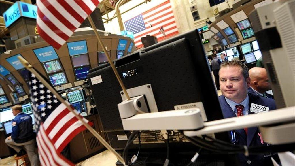 El índice Dow Jones de Industriales terminó en 11.671,88 puntos tras sumar 34,43 unidades, el selectivo S&P 500 avanzó un 0,37% (4,73 unidades) para acabar en los 1.274,48 enteros y el índice compuesto del mercado Nasdaq subió un 0,33% (9,03 puntos) para colocarse en las 2.716,83 unidades.  EFE/Archivo
