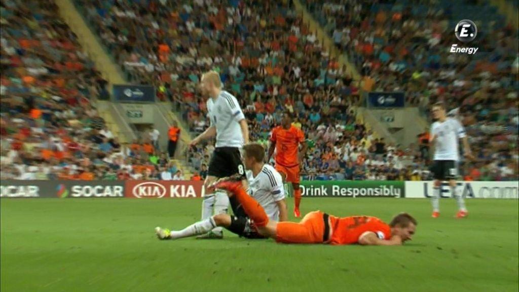 Un jugador holandés cae al suelo durante el partido.