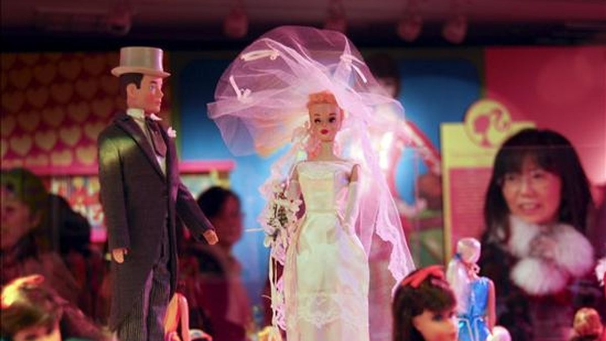 """Exposición organizada en Tokio """"Barbie&Ken 50th Aniversary"""", con unas 300 muñecas de Barbie diseñadas en los últimos 50 años. EFE"""