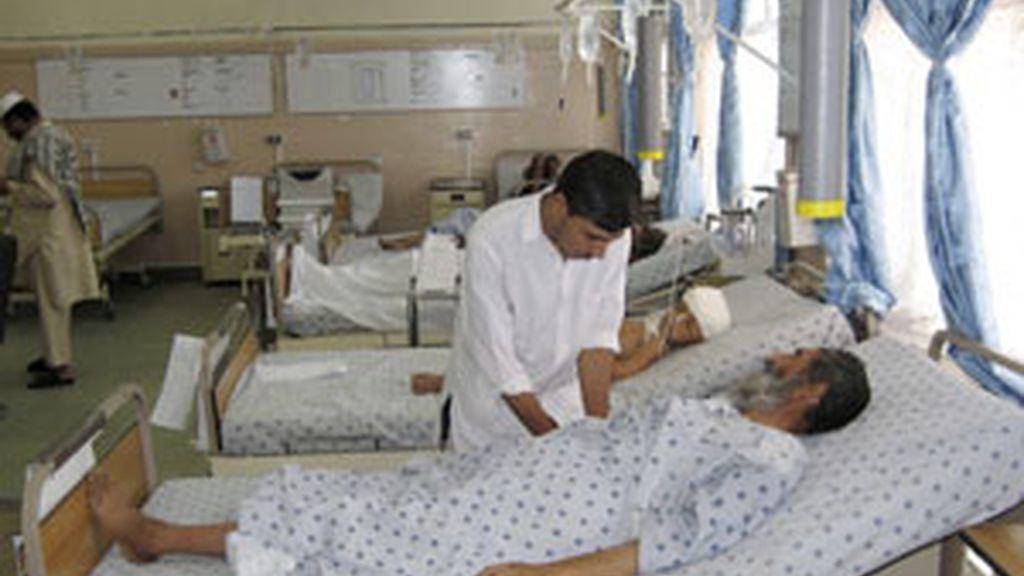 Heridos del accidente de autobús reciben atención médica en un hospital de Kandahar FOTO: EFE