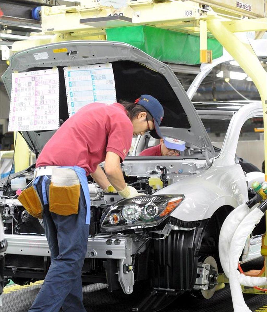 """Un operario trabaja en el coche de tercera generación """"Prius"""" en la fábrica de Toyota Motor Corp. de Tsutsumi en la ciudad de Toyota, Japón. EFE/Archivo"""