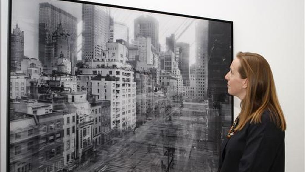 """Sarah Hernmanson Meister, comisaria de la exposición """"Retratos de Nueva York. Fotografías del MoMA"""", ante una fotografía de Michael Wesely, durante la presentación de la muestra en la Casa Encendida, que reúne más de un centenar de obras de maestros de la fotografía universal que muestran la belleza y complejidad de la ciudad de Nueva York a lo largo de todo un siglo. EFE"""