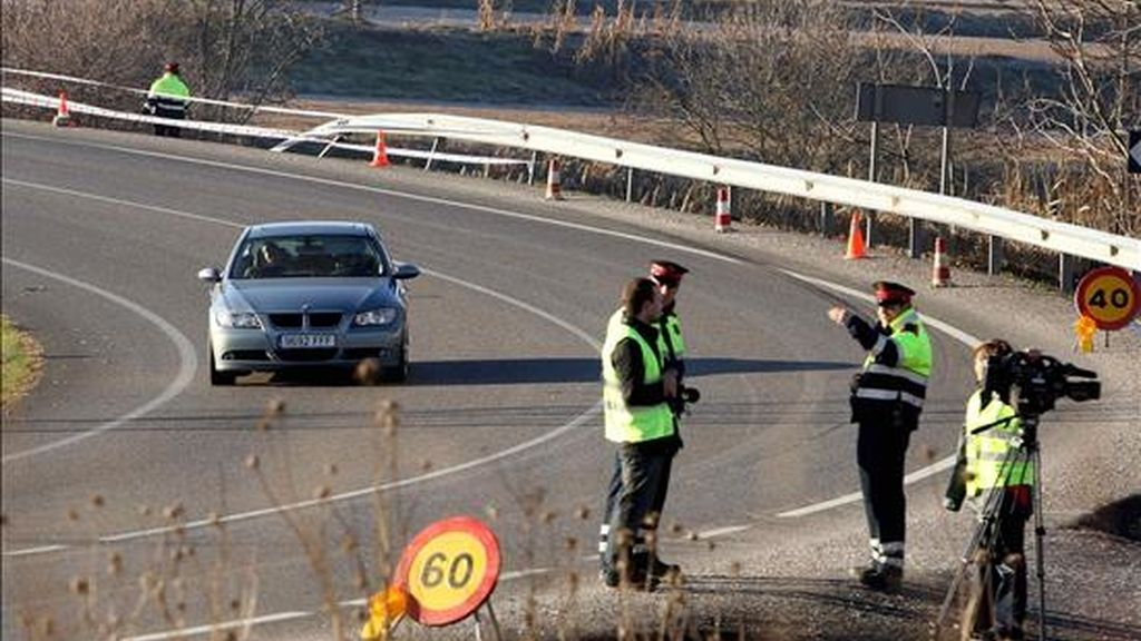 Unos Mossos d' Esquadra examinan el lugar donde se produjo un accidente en 2007 en el kilómetro 33 de la carretera C-13, en el término municipal de La Sentiu de Sio (Lérida). EFE/Archivo