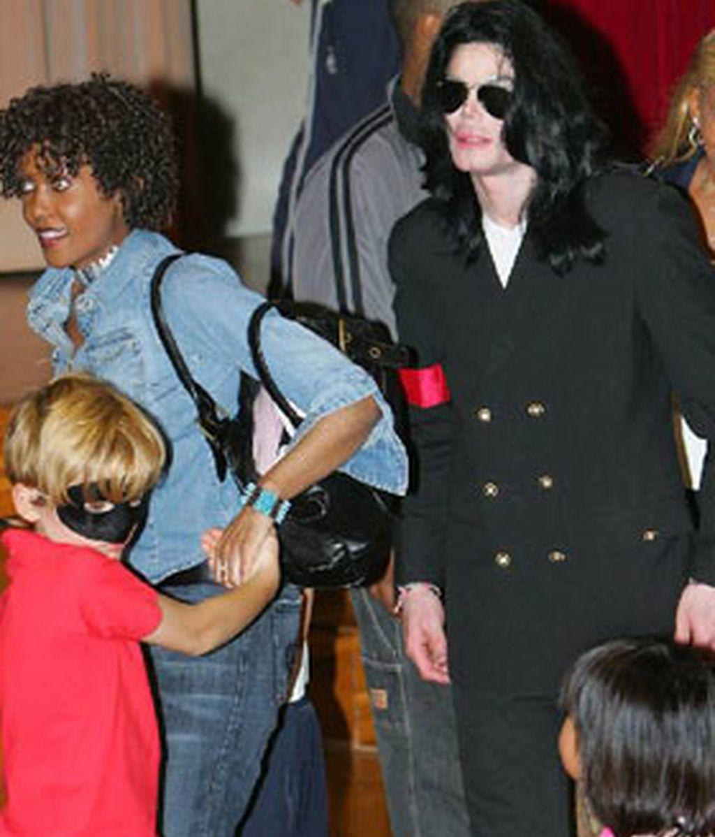 La niñera y asistente personal de Michael Jackson junto a él y a dos de sus hijos. Foto archivo