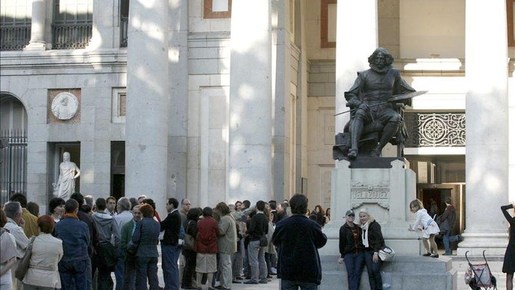 Varias personas hacen cola para entrar en el Museo del Prado en Madrid durante la Noche de los Museos. EFE/Archivo