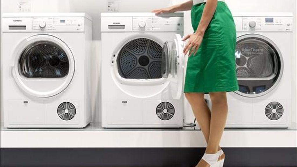 """Un ordenador que no funciona, una aspiradora estropeada, una lavadora demasiado ruidosa, todo se puede reparar... pero hay que saber hacerlo, y para ello, el programa """"Reparado Mejor que Nuevo"""" ayuda a los usuarios a arreglarlos, con el objetivo de disminuir el volumen de residuos y ahorrar dinero. EFE/Archivo"""