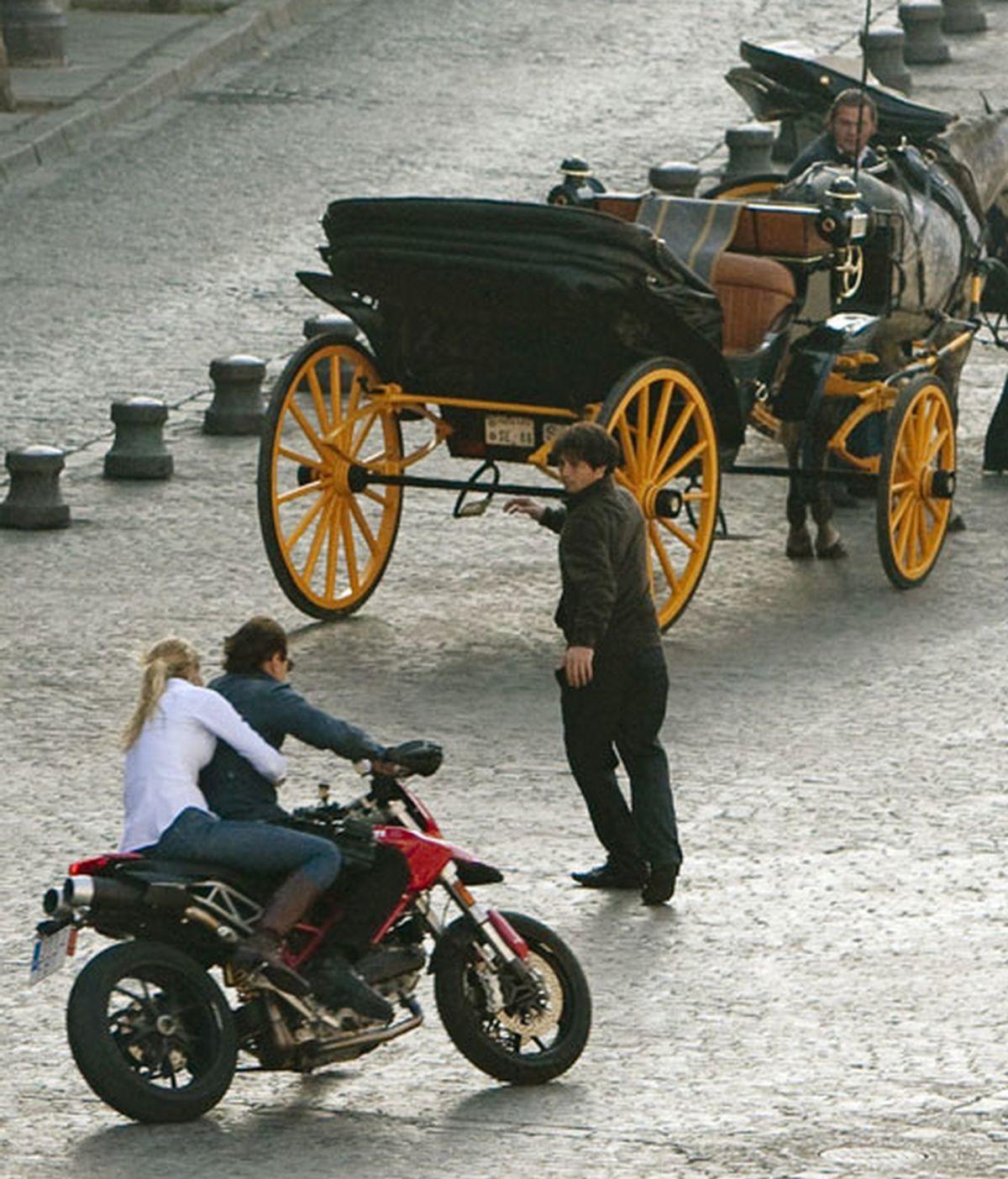 """Los dobles de Tom Cruise y Cameron Díaz, sobre una motocicleta durante el rodaje de la comedia romántica """"Knight and Day"""", dirigida por James Mangold, que ha convertido el centro histórico de Sevilla en un plató. EFE"""