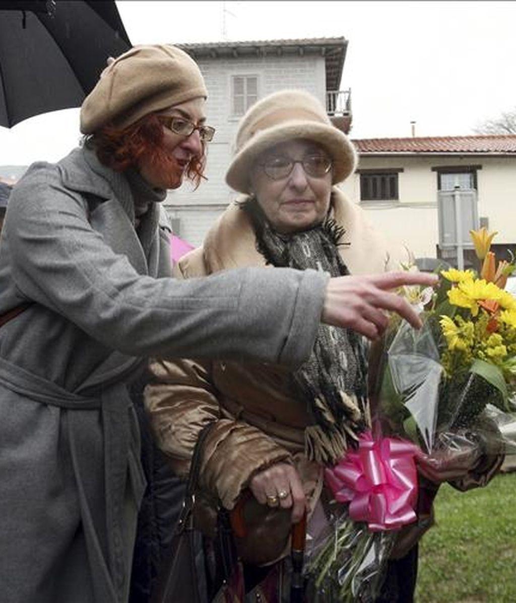 Pilar Ruiz, madre de Joxeba Pagazaurtundua, y la hermana de éste Maite Pazaurtundua (i), durante el acto en memoria del que fuera jefe de la Guardia Municipal de Andoain (Guipúzcoa), en el sexto aniversario de su asesinato a manos de la banda terrorista ETA. EFE