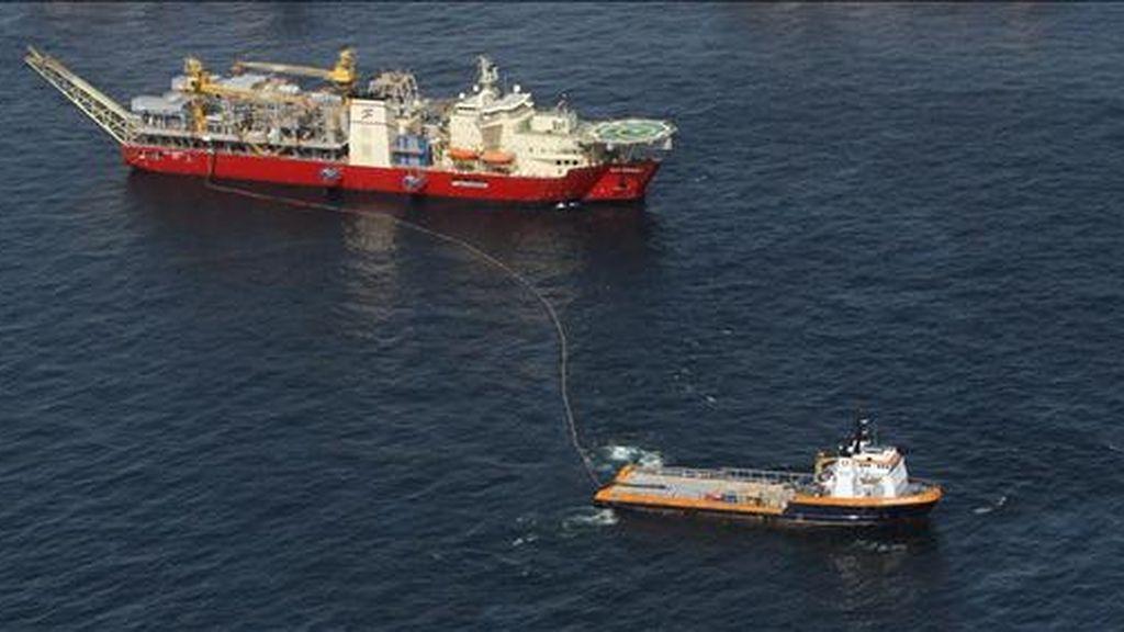 """El vertido de petróleo comenzó a raíz de la explosión el 20 de abril, por causas no determinadas, de la plataforma petrolera """"Deepwater Horizon"""", que se hundió en el mar posteriormente en un incidente en el que murieron once personas. EFE/Archivo"""