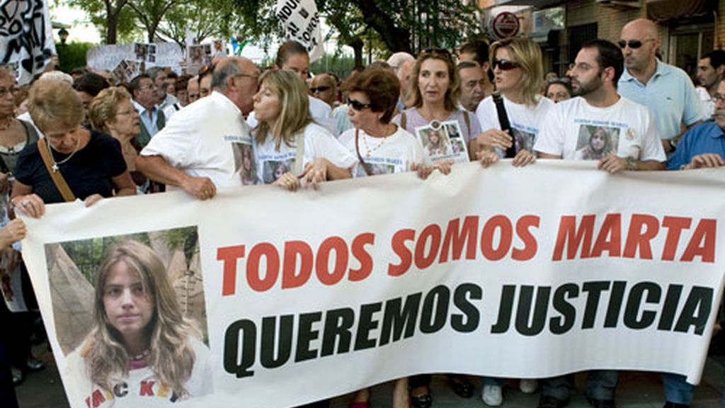 El pueblo se volcó con la familia de Marta del Castillo. Foto: EFE.