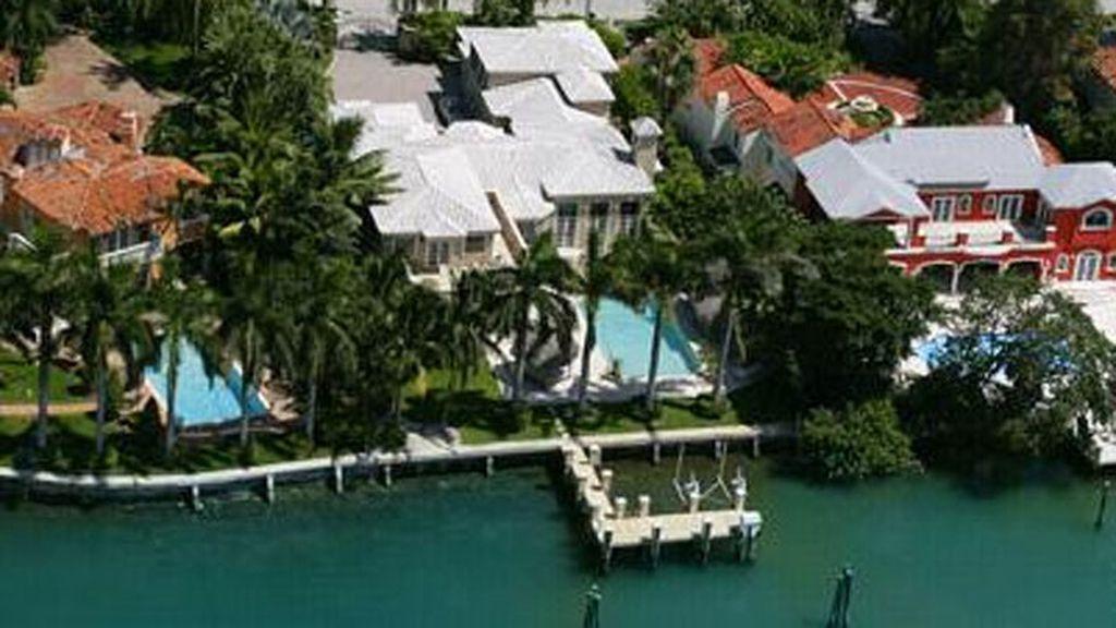 La casa tiene 800 metros cuadrados, embarcadero y piscina