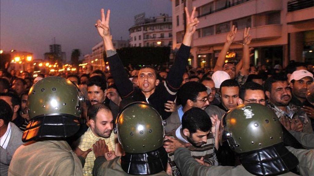 Varios cientos de manifestantes pertenecientes a cuatro organizaciones de universitarios en paro en 2007 durante unos altercados con la policía en el centro de Rabat. EFE/Archivo