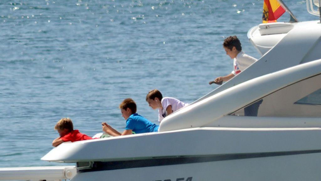 La Reina Sofía disfruta con sus nietos en aguas de Mallorca