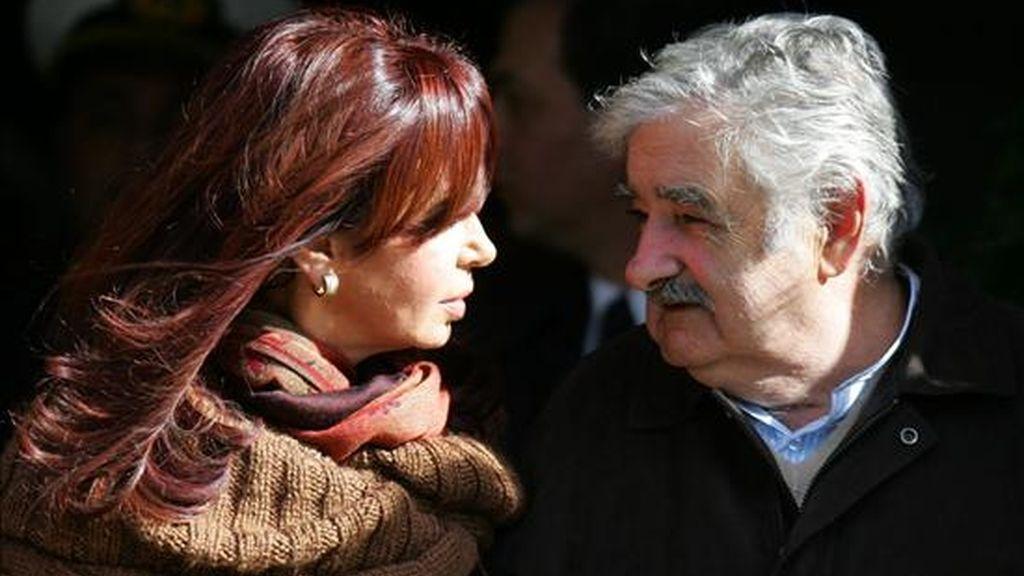 En la imagen el presidente de Uruguay, José Mujica (d), conversa con su homóloga de Argentina, Cristina Fernández (i). EFE/Archivo