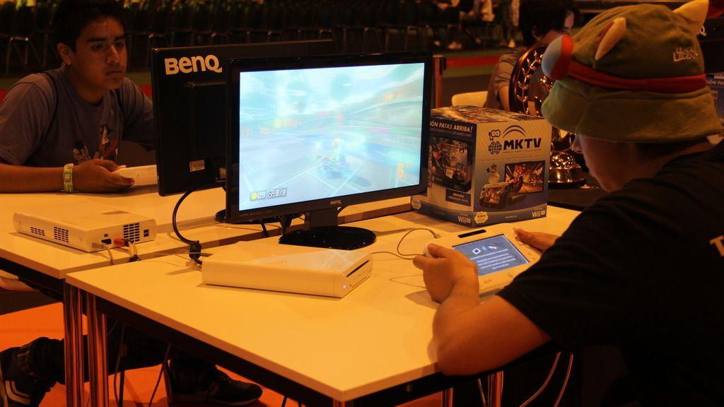 Un asistente jugando al Mario Kart 8