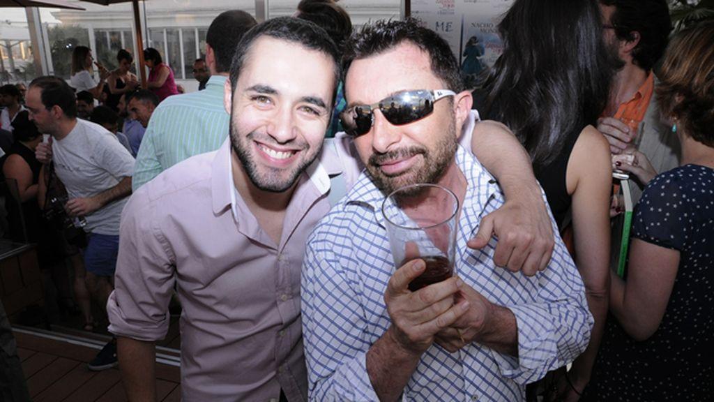 """José Manuel Parada junto a un amigo celebrando el nuevo libro de """"Zapatos rojos para saltar los charcos"""""""