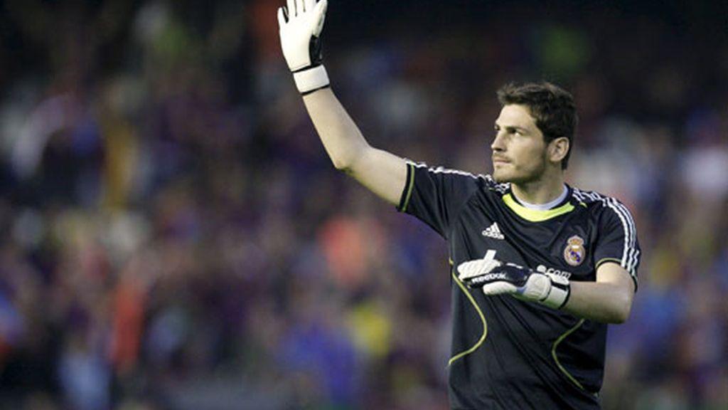 Iker Casillas, saludando a la afición madridista en las gradas de Mestalla