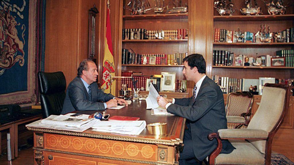 El Rey Don Juan Carlos en el despacho real con su hijo, el príncipe Felipe