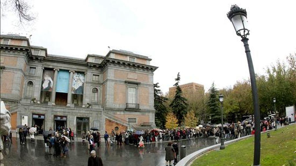Cientos de personas esperan su turno para contemplar la exposición sobre Renoir, que actualmente alberga el Museo del Prado y que se podrá visitar todos los días de la semana durante el puente de la Constitución y Navidad, si bien se trata de una apertura ocasional puesto que los lunes no abre la pinacoteca. EFE