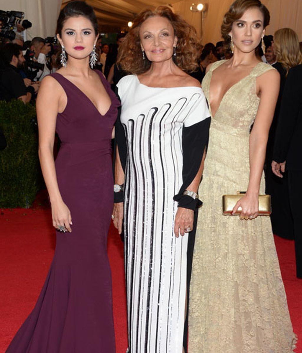 Diane von Furstenberg posa con Selena Gomez y Jessica Alba