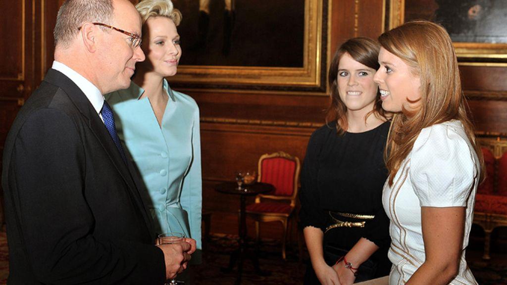 Los príncipes de Mónaco, Alberto y Charlene, junto a las princesas Eugenia y Beatriz
