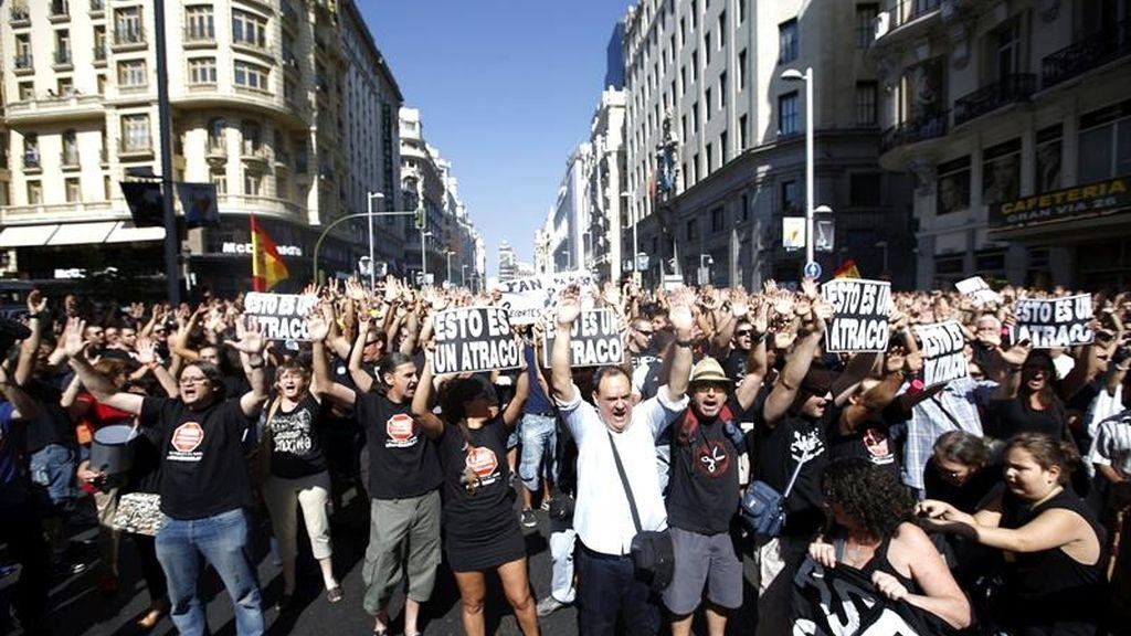 Los funcionarios bloquean la Gran Vía madrileña