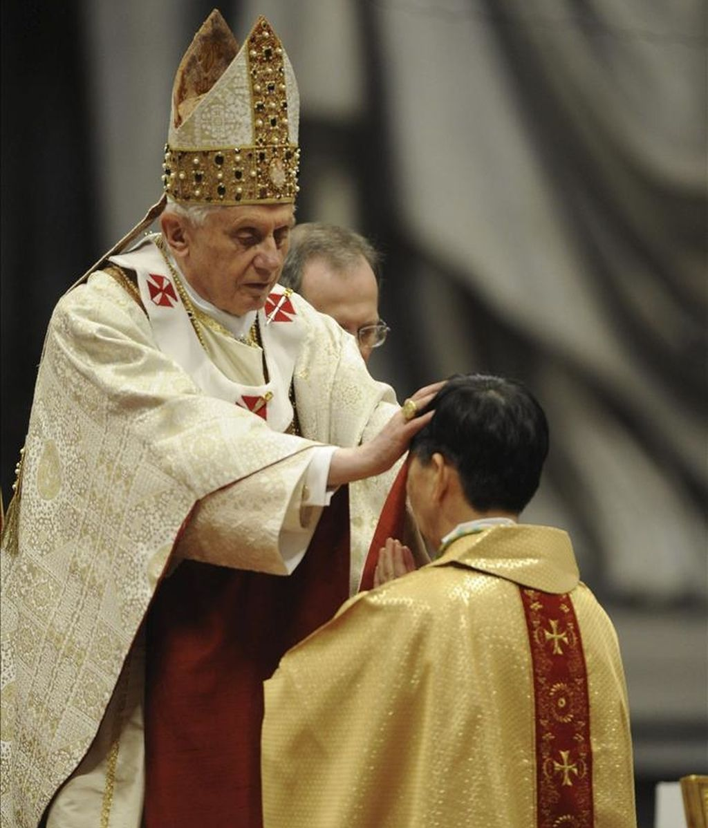 El papa Benedicto XVI ordena obispo al hongkonés Savio Hon Tai-Fai, durante una ceremonia en la la basílica de San Pedro del Vaticano. EFE