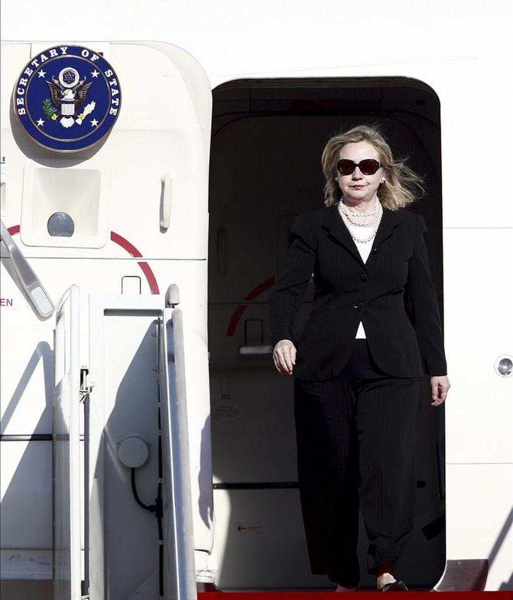 La secretaria de estado estadounidense, Hillary Clinton, a su llegada al aeropuerto de Seúl en Seongnam (Corea del Sur) hoy, sábado, 16 de abril de 2011. Clinton se encuentra en una visita oficial de dos días para reforzar la alianza entre ambos países. EFE