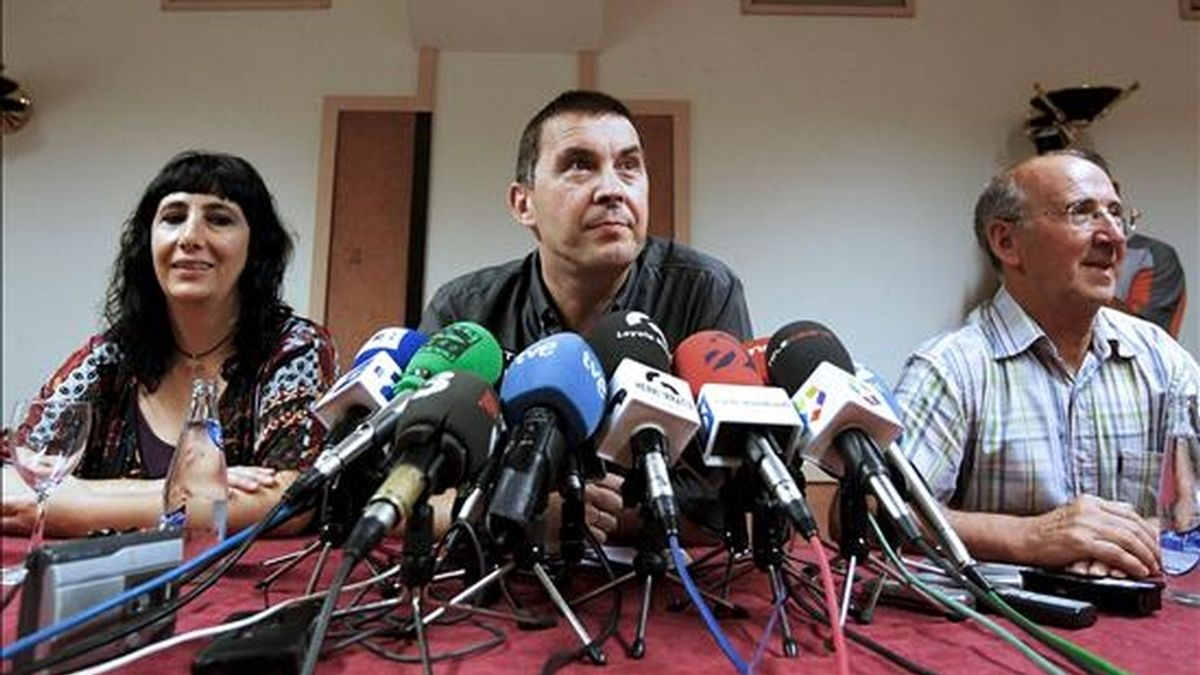 El portavoz de la izquierda abertzale, Arnaldo Otegi (c), junto al histórico de Herri Batasuna, Tasio Erkizia (d), y la dirigente de ANV, Miren Legorburu (i), durante la conferencia de prensa que ofrecieron hoy en San Sebastián para opinar sobre la sentencia del Tribunal Europeo de Derechos Humanos (TEDH) que confirma la ilegalización de Batasuna. EFE
