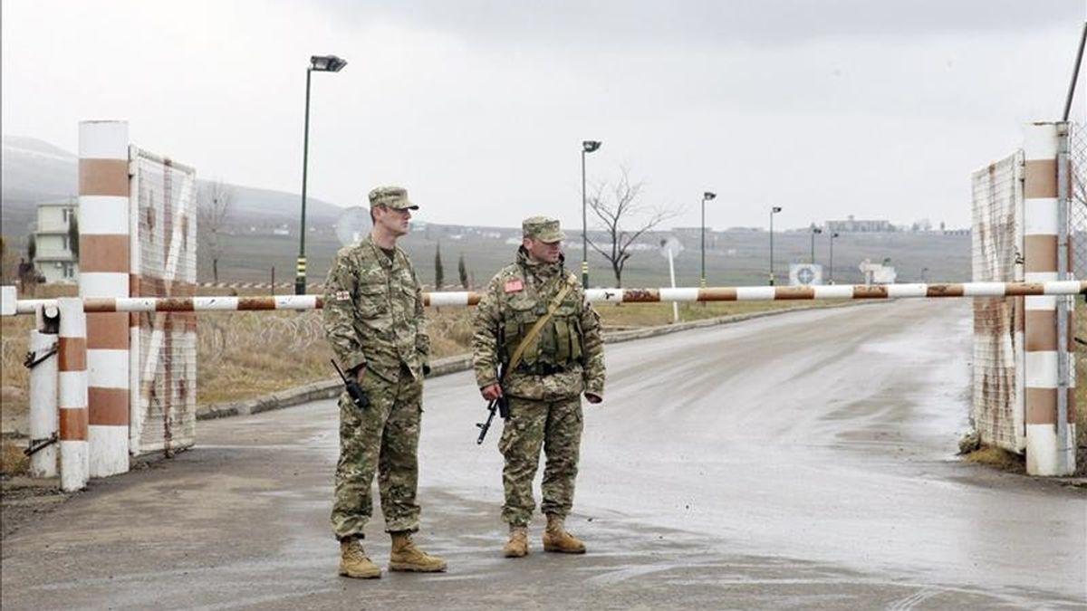 Soldados georgianos vigilan por el punto de control de la base militar de Krtsanisi, a unos 20 kilómetros al este de Tiflis, Georgia, hoy martes 11 de enero de 2011. EFE