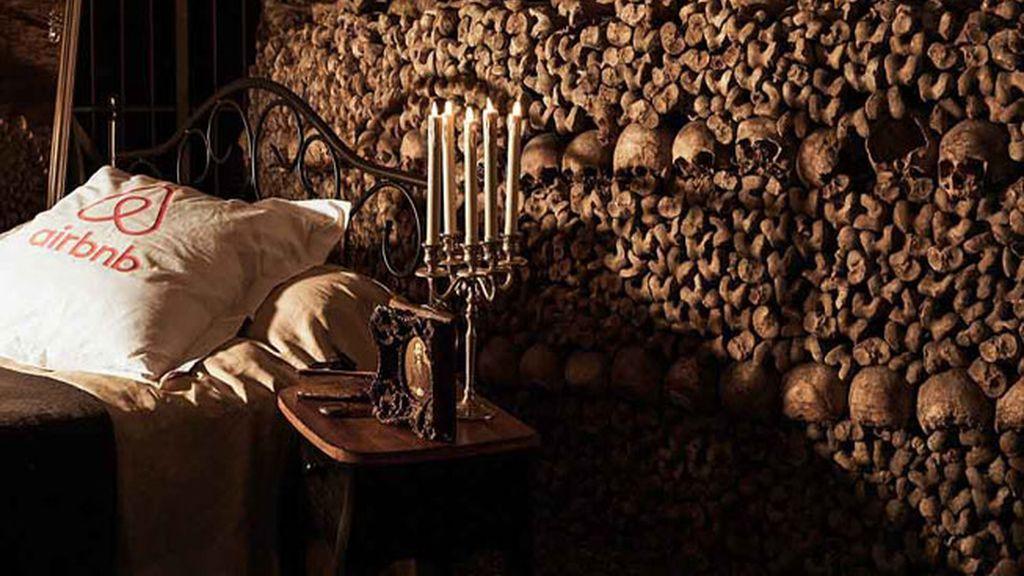 Airbnb ofrece una noche gratis para la valiente pareja que quiera dormir entre esqueletos la noche del 31 de octubre