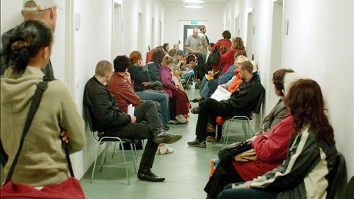 Desempleados esperan en un centro de empleo de Merseburg, Alemania. EFE/Archivo