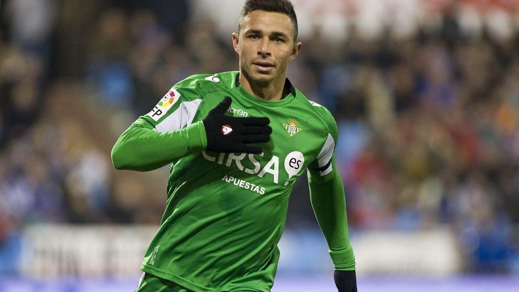 El delantero del Real Betis, Rubén Castro, celebra su gol ante el Zaragoza