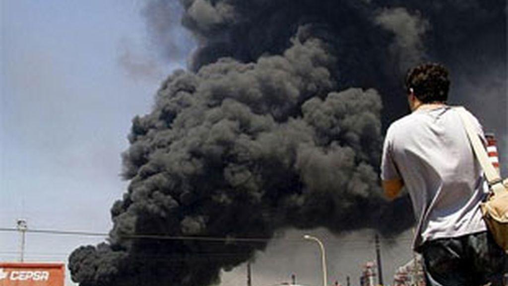 Incendio en la refinería de Cepsa. Foto: EFE