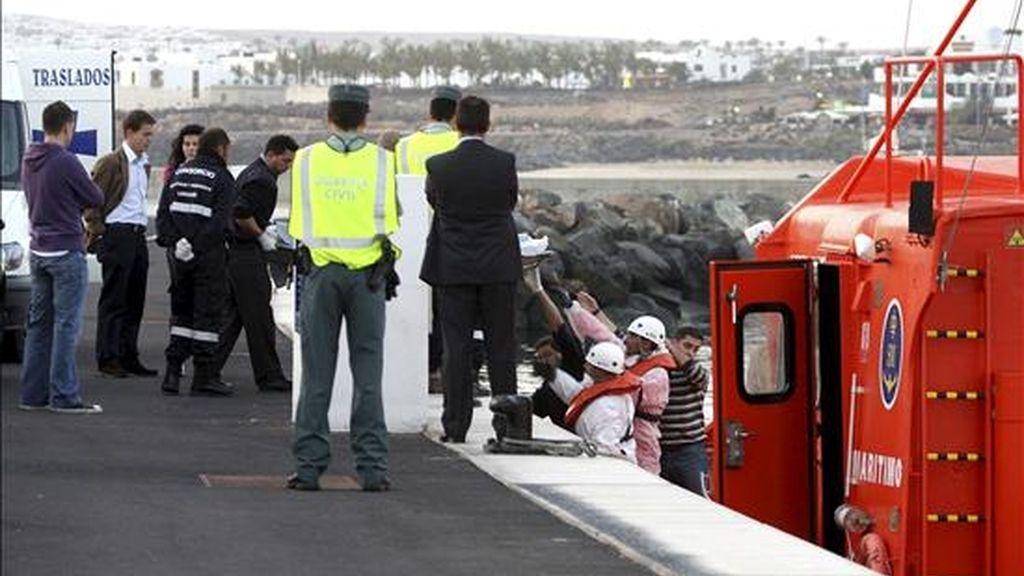 En la imagen, el cadáver de una mujer desaparecida en Lanzarote el pasado mes de enero arrastrada por un golpe de mar cuando mariscaba es subido a tierra, desde la embarcación de Salvamento Marítimo que lo trasladó hasta Arrecife. EFE/Archivo