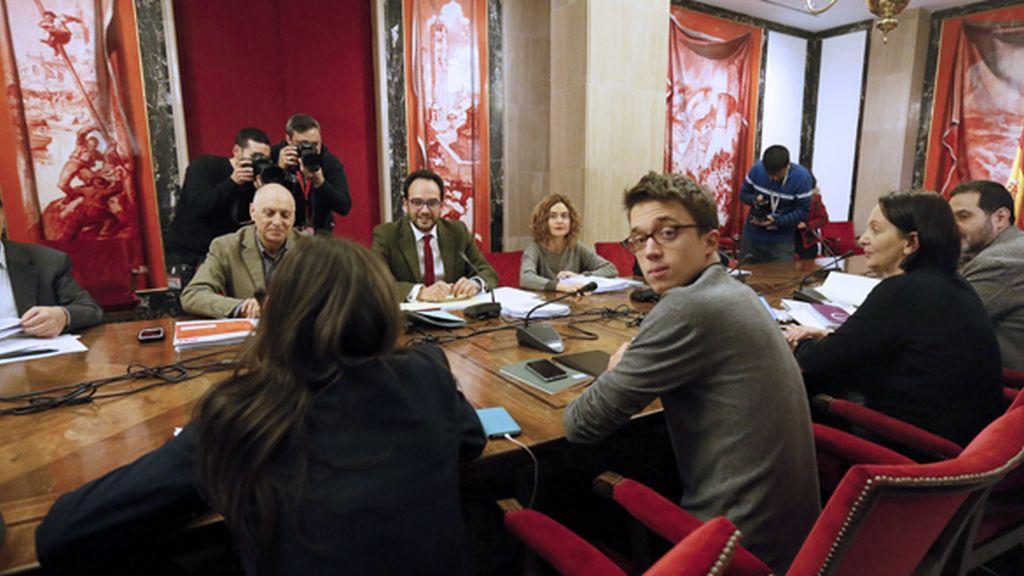 Reunión entre los equipos negociadores del PSOE y Podemos