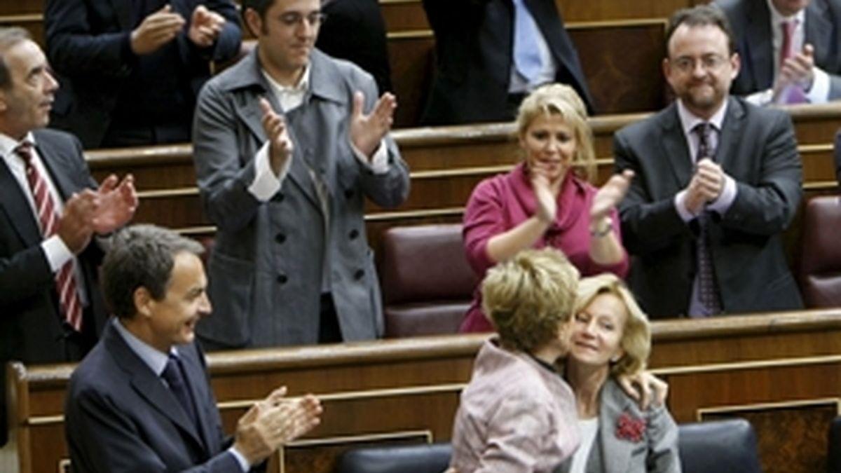 María Teresa Fernández de la Vega felicita a Elena Salgado en presencia de José Luis Rodríguez Zapatero. Foto: EFE.