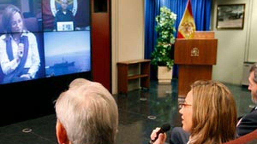 La ministra de Defensa mantiene una videoconferencia con la tripulación de la fragata 'Victoria', que se encuentra en aguas somalíes participando en una misión de la Unión Europea contra la piratería. Foto: EFE.