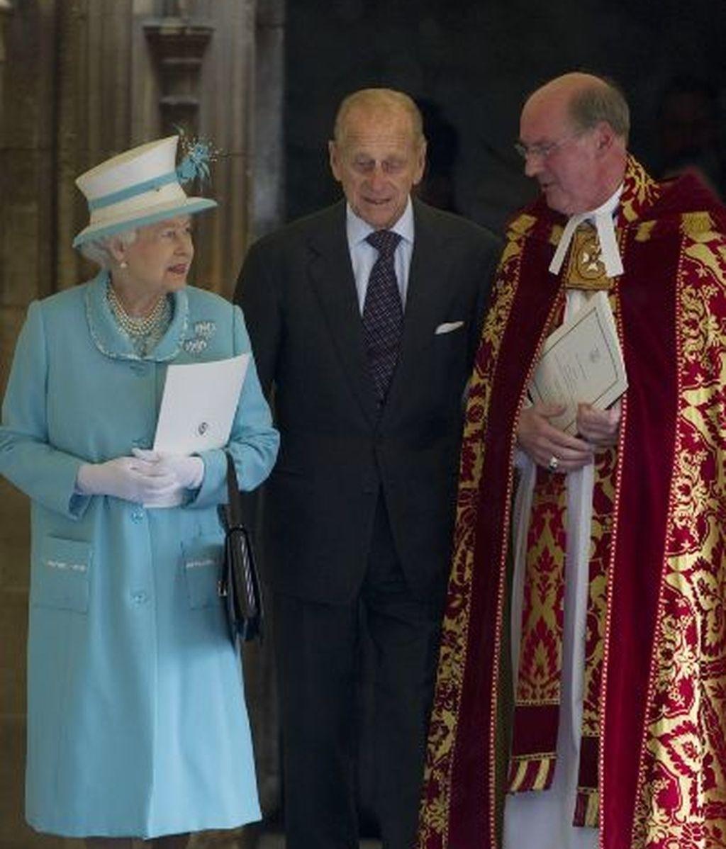 La Reina de Inglaterra, el Duque de Edimburgo y el reverendo de Windsor