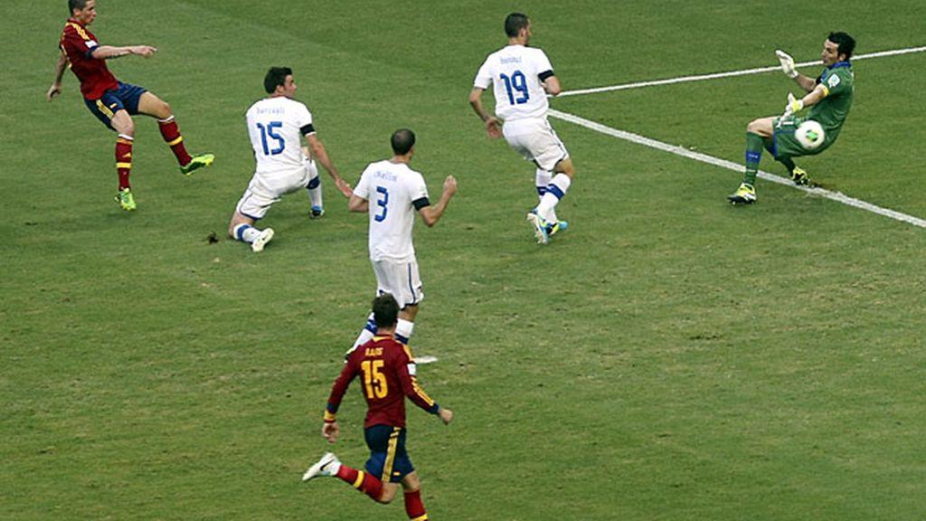 Torres remata fuera ante la salida de Buffon