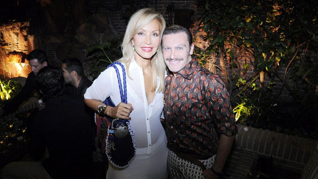 Carmen Lomana, que cumplió a rajatabla con el dresscode playero, con el periodista Luis Nemolato