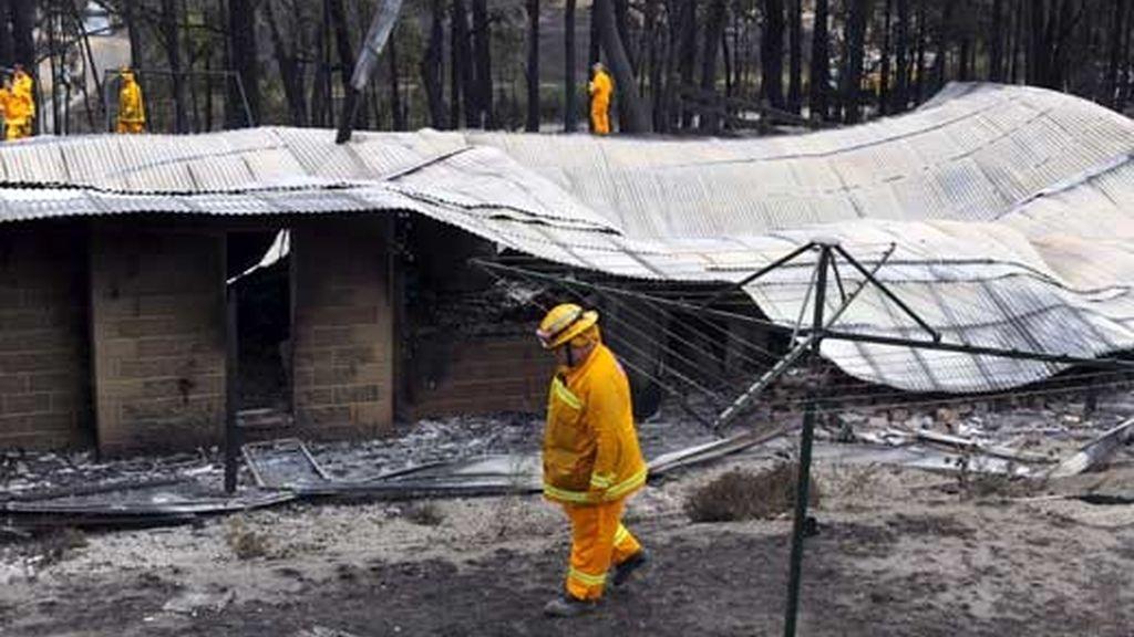 Las llamas han dejado sin casa a más de 7.000 personas en Australia. Se buscan los causantes de los fuegos. Vídeo: Atlas.