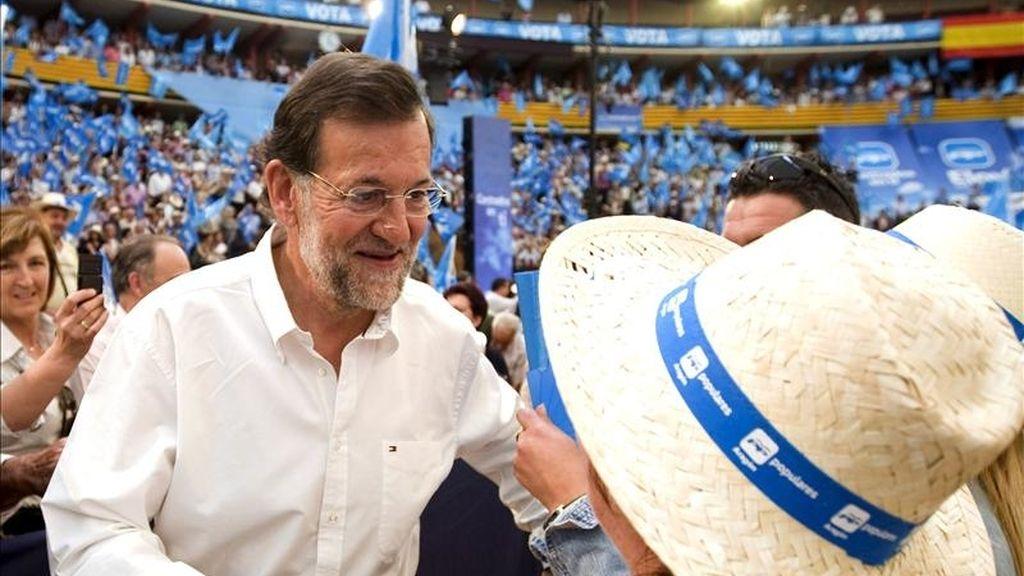 El presidente del PP, Mariano Rajoy, que intervino en el mitin central de los populares aragoneses ante las elecciones autonómicas y municipales del 22 de mayo, hoy en Zaragoza, saluda a una simpatizante. EFE/Diego Crespo