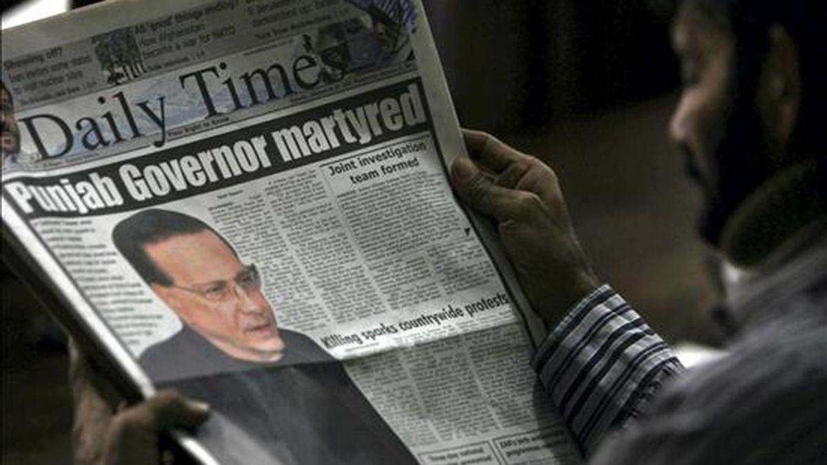 """Un hombre lee un ejemplar en inglés del diario paquistaní """"Daily Times"""", que pone en portada la noticia del asesinato del gobernador de Punyab, Salman Tasir, en Karachi (Pakistán). EFE"""