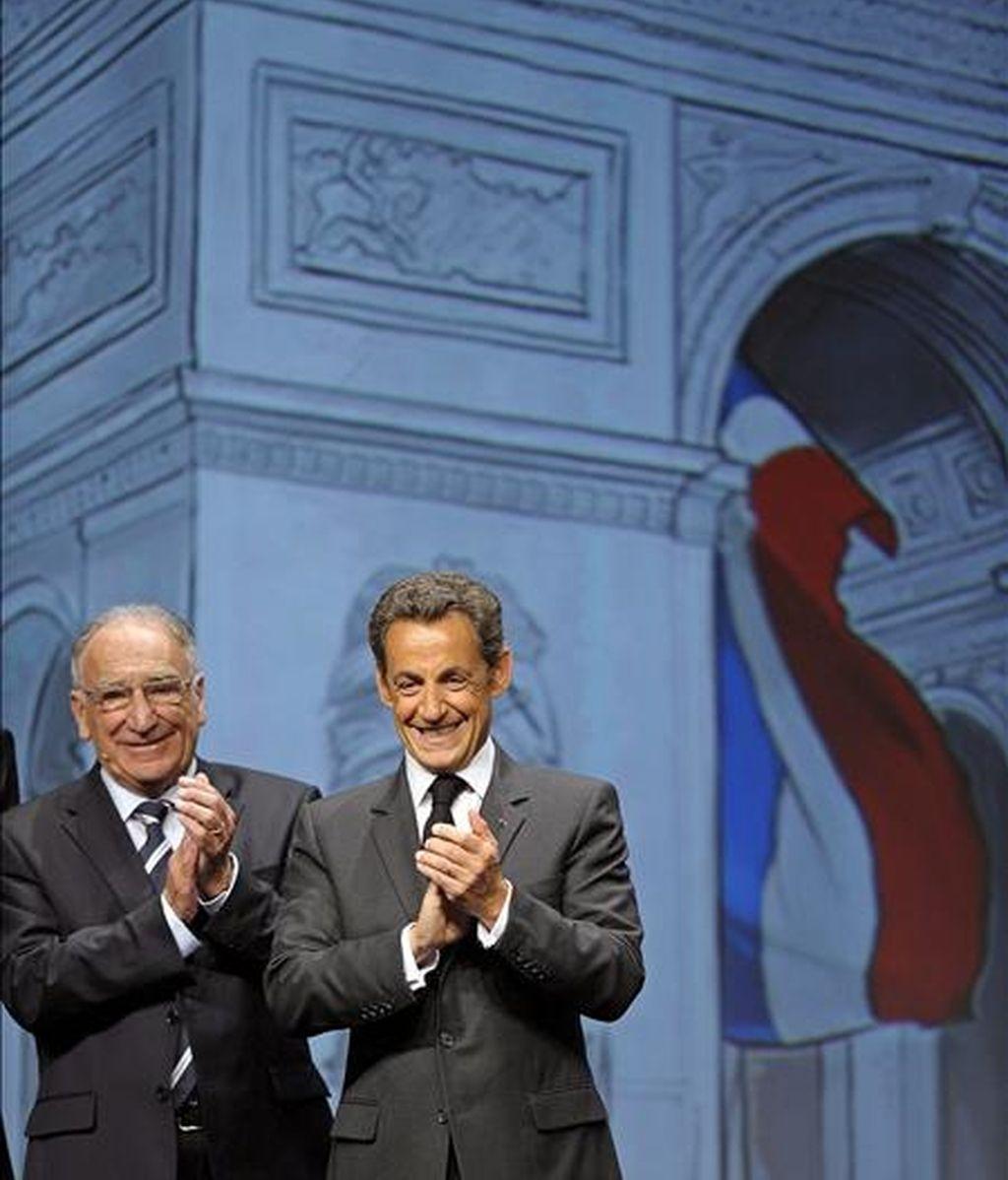 El presidente de la Federación Francesa de Fútbol, Jean-Pierre Escalettes, junto al presidente francés, Nicolás Sarkozy, durante la presentación de Francia como sede de la Eurocopa 2016 en Ginebra. EFE