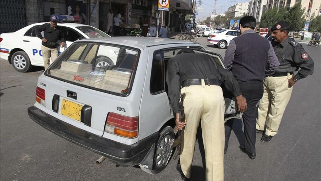 Miembros de las fuerzas de seguridad registran un vehículo en una calle de Karachi, donde al menos trece personas, entre ellas un periodista, fueron asesinadas en las últimas 24 horas por hombres armados en diferentes puntos de esta ciudad sureña paquistaní, según informaron fuentes policiales. EFE